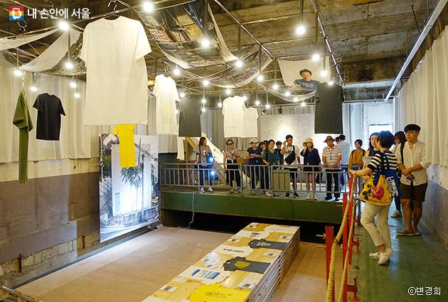 `성북예술가압장`투어중인 시민들. 옛 수도 가압 펌프가 있던 곳이 예술가의 작품 공간으로 거듭났다. ⓒ변경희