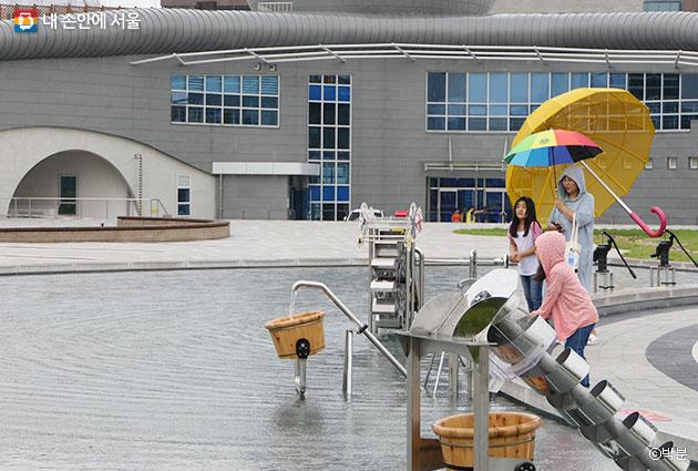 서울하수도과학관의 야외시설에서 시민들이 다양한 체험을 즐기고 있다. ⓒ박분