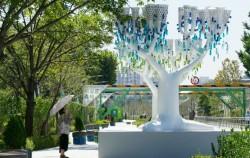 서울새활용플라자로 가는 길, 화장품 병으로 장식한 나무 조형물을 만날 수 있다. ⓒ김영옥