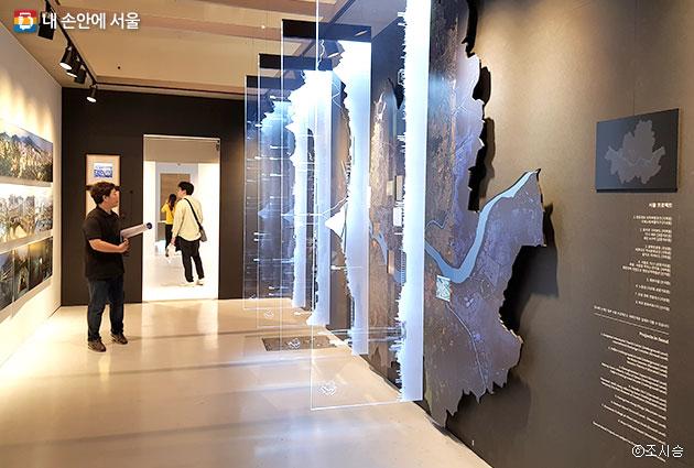 `서울 잘라보기` 서울을 지하, 평지, 고가, 산지 네 가지 지층으로 잘라본 모습을 관람객이 바라보고 있다 ⓒ조시승