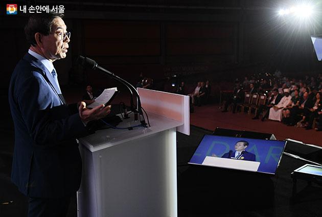 UIA 2017 서울 세계건축대회 개회식에서 기조연설을 하고 있는 박원순 시장