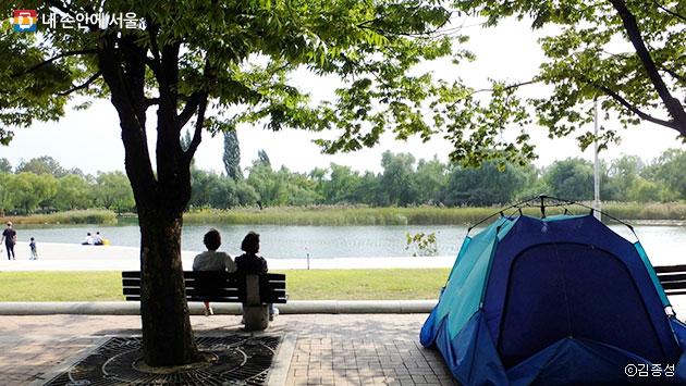 호수가 있어 안온한 기분이 드는 평화의 공원의 모습 ⓒ김종성