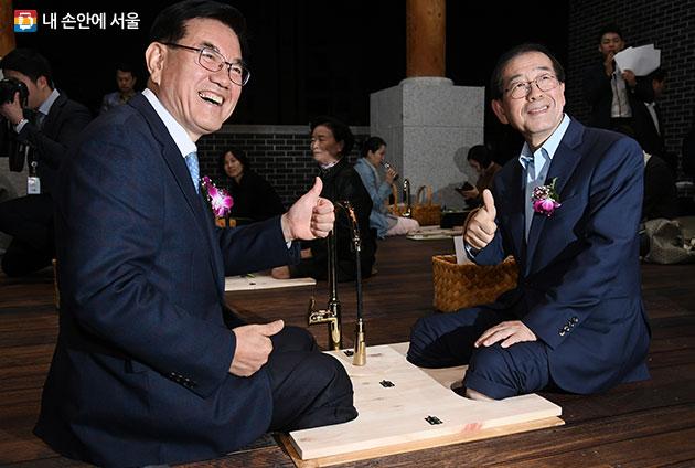 박원순 서울시장(오른쪽)과 유덕열 동대문구청장이 서울한방진흥센터 내 족욕체험에 참여해보고 있다