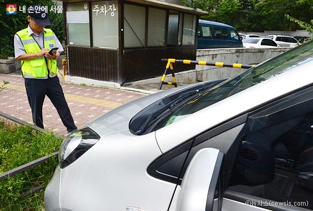 불법 주정차 차량을 신고할 수 있는 서울스마트불편신고 앱이 더 편리해진다ⓒ뉴시스