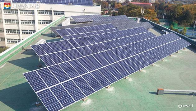 서울시 `태양광 나눔 발전소`가 7개소까지 확대됐다. 사진은 수도공고에 설치된 태양광 발전소ⓒnews1