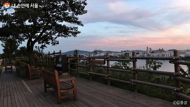 해질녘 풍경이 바라다보이는 노을공원 쉼터 ⓒ김종성