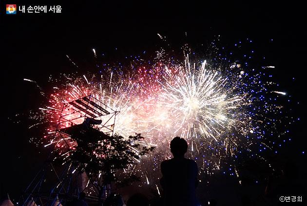 불꽃놀이가 `2017한강이색달리기대회` 마지막을 장식했다.  ⓒ변경희