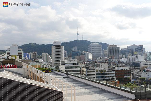 남산타워와 고층빌딩 등 서울 풍경을 감상할 수 있는 세운상가 옥상