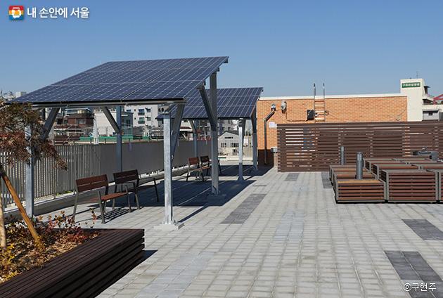 5층 옥상정원의 태양광 그늘과 아직 분양 전인 화단ⓒ구현주