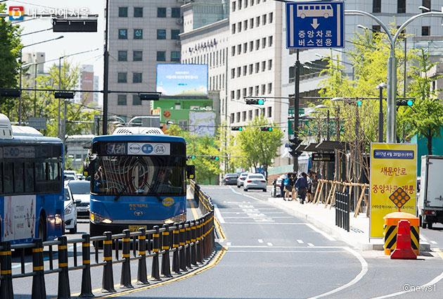 새문안로 중앙버스전용차로를 달리는 버스ⓒnews1