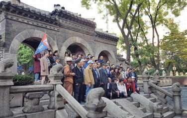 환구단에서 황궁우로 가는 황제의 계단에서 기념촬영을 한 답사단 ⓒ최용수