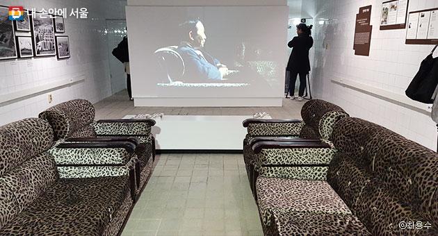 프로젝트 영상 `나, 박정희, 벙커`가 상영되고 있는 여의도 역사 갤러리 내부 모습과 원형을 그대로 유지하고 있는 소파 바닥의 모습.ⓒ최용수