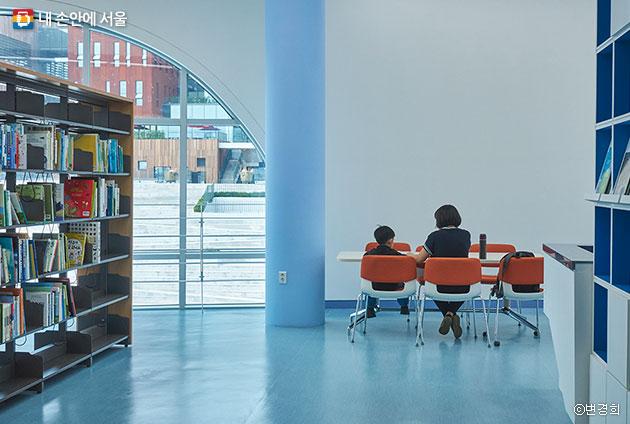 2층 정보 도서관에서 엄마와 함께 책읽기 ⓒ변경희