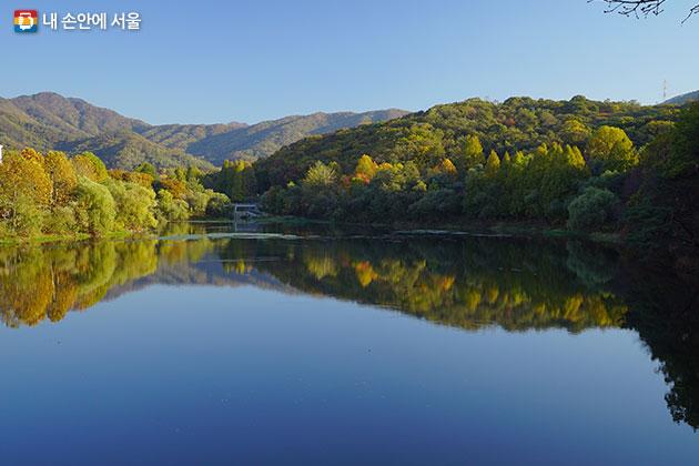 단풍이 물든 서울대공원 호수