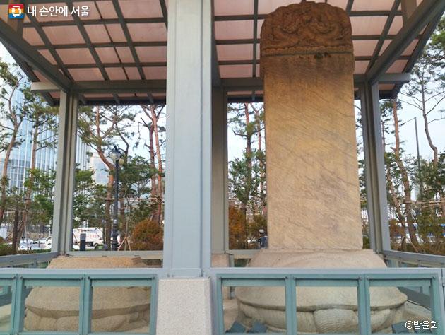 대리석 계통의 돌로 만들어진 삼전도비의 앞면. 왼쪽은 몽골글자, 오른쪽은 만주어가 새겨져 있다. ⓒ방윤희