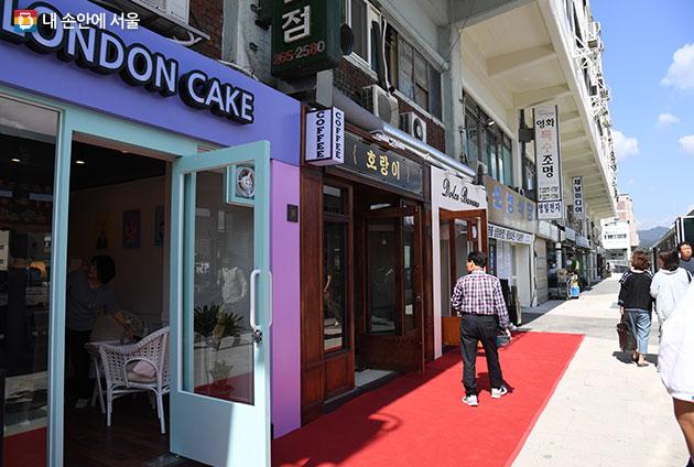 새롭게 유입된 청년가게와 기존 가게의 공존으로 독특한 분위기를 자아내는 세운상가
