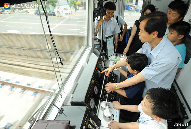 서울교통공사가 2017년 신입사원을 모집한다 사진은 지하철 기관사 체험행사 모습ⓒnews1