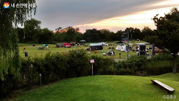 저무는 노을을 보며 야영할 수 있는 노을공원 캠핑장 ⓒ김종성
