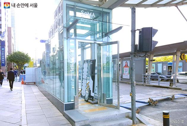 여의도 SeMA 벙커는 사람들의 유동인구가 많은 여의도 버스환승센터에 위치해 있다. ⓒ김진흥