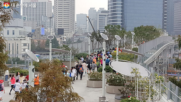11월 11일 `서울로에서 남산까지` 걷기행사가 진행된다. 사진자료는 서울로는 걷는 시민들.