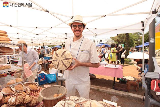 채식주의자를 위한 빵을 판매하는 판매자