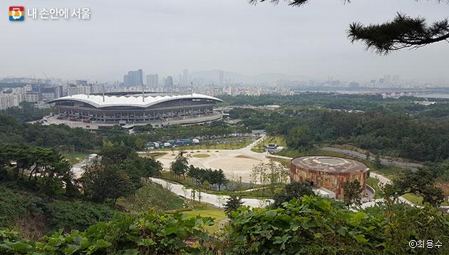 매봉산 정상 포토 랜드에서 보면 새롭게 문을 연 `문화비축기지`와 월드컵경기장이 한 눈에 들어온다 ⓒ최용수