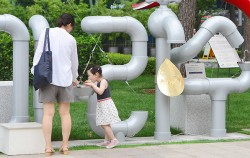 서울시가 주택 내 낡은 수도관에 대한 관리를 강화하여, 서울 수돗물에 대한 불신을 없앤다. 사진은 아리수 음수대에서 물을 마시고 있는 어린이의 모습 ⓒnews1