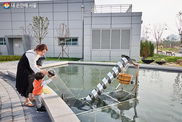 물순환테마파크에서 엄마와 함께 노는 어린이 ⓒ변경희