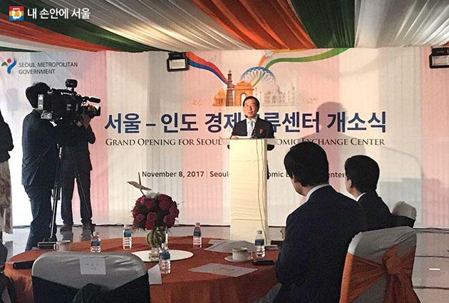 박원순 서울시장이 `서울-인도 경제교류센터`개소식에서 축사를 하고 있다