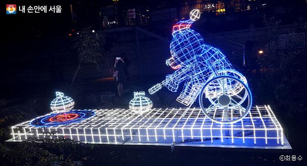 휠체어컬링 등 동계올림픽 종목 11개가 빛초롱으로 청계천에서 선보인다. ⓒ최용수