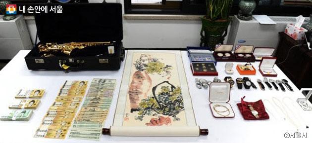 서울시가 2014년 10월 한 고액체납자 집에서 압수수색한 고급시계·금목걸이 등 귀금속과 현금 ⓒ서울시