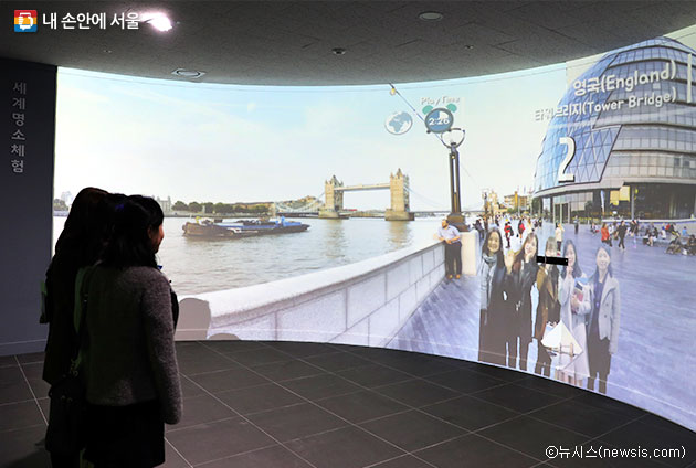 VR체험실에서 세계여행 가상체험 중인 시민들 ⓒ뉴시스