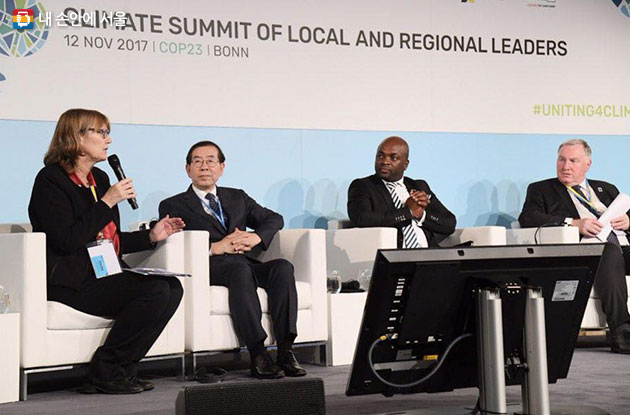 COP23에서 사례 발표 후 각 지방정부 참가 대표들과 토론하고 있는 박원순 시장