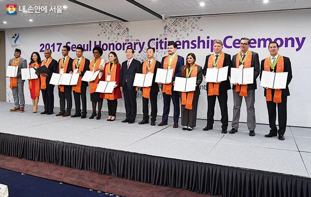 서울시는 11월19일 세종문화회관에서 서울시정 발전에 기여한 외국인 15명을 선정하여, 명예시민증을 수여하였다