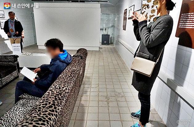 소파에 앉아 `나, 박정희, 벙커`를 시청하는 시민들 ⓒ김윤경