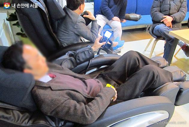 대리운전기사가 쉼터 안마의자에서 휴식을 취하고 있다.ⓒ뉴시스