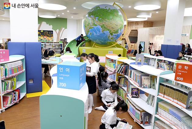 어린이자료실에서 책을 보는 초등학생들 ⓒ뉴시스