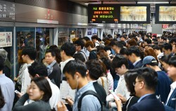 이용객들로 붐비는 서울 지하철 9호선 가양역 승강장ⓒnews1
