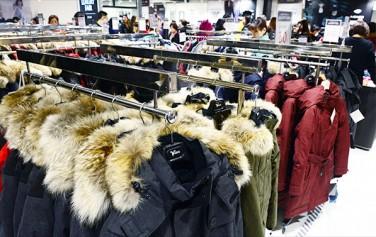 `블랙프라이데이` 시즌을 맞이하여 직구 쇼핑족을 겨냥한 사기 사이트가 급증하고 있다. 사진은 할인 행사 중인 백화점 매장. ⓒnews1