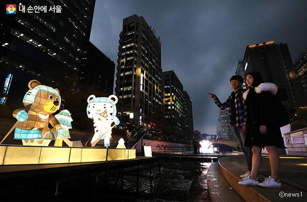 서울빛초롱축제를 구경하는 시민들ⓒnews1