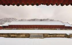 눈이 내려 정전의 지붕이 하얗게 덮이면 종묘는 거대한 수묵 진경 산수화 같은 명장면을 연출한다 ⓒ서울사랑