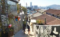 계단을 오르는 중에 내려다본 이화동 벽화마을의 풍경 ⓒ방주희