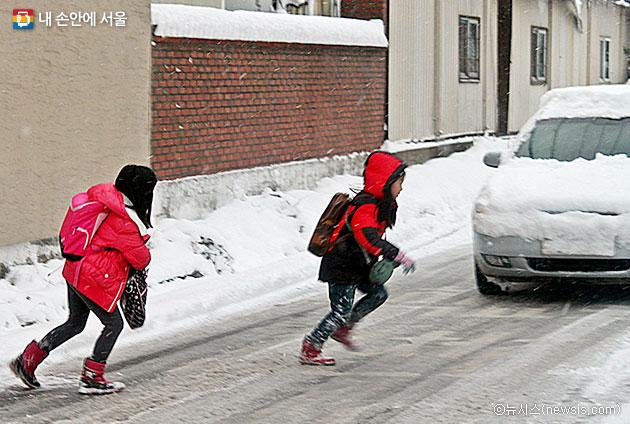 서울시는 교통사망사고 3대 요소로 `겨울철`, `고령자`, `무단횡단`을 꼽았다. ⓒ뉴시스