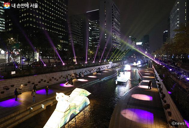 `2017 서울빛초롱축제` 형형색색의 빛으로 물든 청계천. ⓒnews1