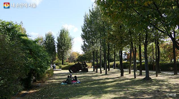 선유도공원 우거진 숲 사이로 휴식을 취하는 시민들 ⓒ박분