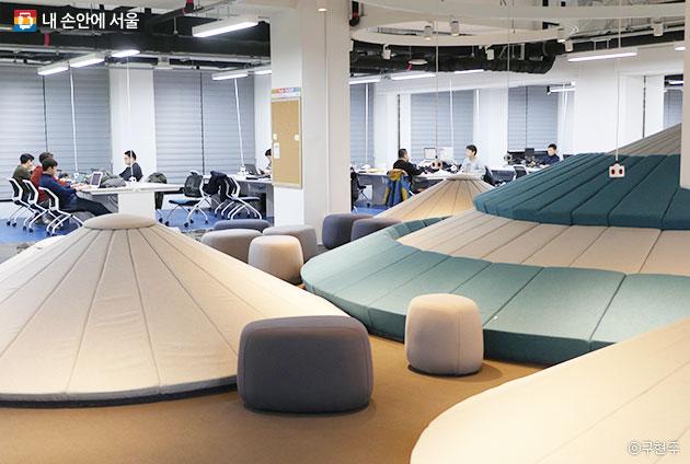 서울창업허브 2층 co-working에서 작업 중인 시민들의 모습ⓒ구현주