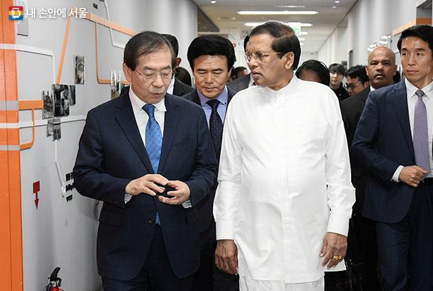 박원순 시장이 시리세나 대통령과 함께 서울시 교통정보센터 시설을 둘러보고 있다