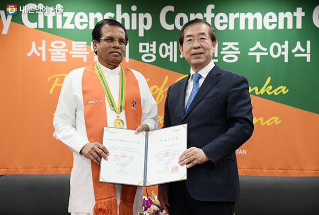 11월 30일 박원순 시장은 시리세나 스리랑카 대통령에게 서울시 명예시민증을 수여하였다