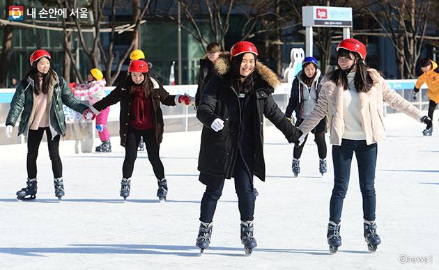 서울광장 스케이트장에서 즐거운 시간을 보내고 있는 학생들ⓒnews1