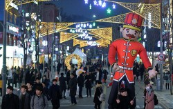 지난해 신촌 크리스마스는 거리축제 모습ⓒnews1